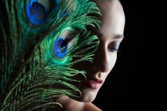 Όμορφη νέα γυναίκα brunette με το ύφος peacock Στοκ φωτογραφία με δικαίωμα ελεύθερης χρήσης