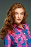 Όμορφη νέα γυναίκα brunette πορτρέτου με την κυματιστή τρίχα στοκ φωτογραφία