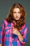 Όμορφη νέα γυναίκα brunette πορτρέτου με την κυματιστή τρίχα στοκ εικόνα με δικαίωμα ελεύθερης χρήσης