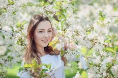 Όμορφη νέα γυναίκα brunette που στέκεται κοντά στο δέντρο μηλιάς στοκ φωτογραφίες με δικαίωμα ελεύθερης χρήσης