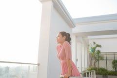 Όμορφη νέα γυναίκα brunette που φορά το φόρεμα και που περπατά στοκ εικόνες