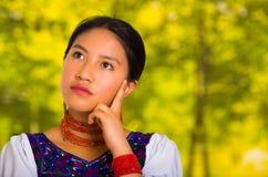 Όμορφη νέα γυναίκα Headshot που φορά την παραδοσιακή των Άνδεων μπλούζα με το κόκκινο περιδέραιο, που θέτει για τη κάμερα σχετικά Στοκ Εικόνα
