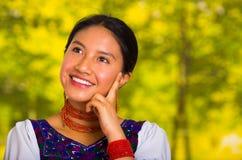 Όμορφη νέα γυναίκα Headshot που φορά την παραδοσιακή των Άνδεων μπλούζα με το κόκκινο περιδέραιο, που θέτει για τη κάμερα σχετικά Στοκ Φωτογραφίες