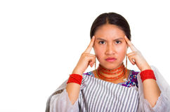 Όμορφη νέα γυναίκα Headshot που φορά το παραδοσιακό των Άνδεων σάλι και το κόκκινο περιδέραιο, που θέτουν για τη κάμερα που χρησι Στοκ Εικόνες