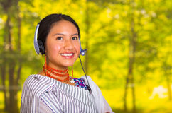 Όμορφη νέα γυναίκα Headshot που φορά το παραδοσιακό των Άνδεων σάλι και το κόκκινο περιδέραιο, που θέτουν για τη κάμερα με τα ακο Στοκ Εικόνες