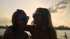 Όμορφη νέα διασκέδαση Womenhaving στην παραλία απόθεμα βίντεο