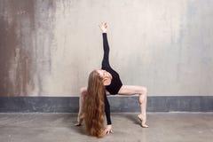 Όμορφη νέα ενήλικη μακρυμάλλης γυναίκα που χορεύει στο στούντιο στοκ εικόνες