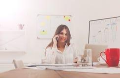 Όμορφη νέα επιχειρηματίας που κάνει μια κλήση με κινητό τηλέφωνο Στοκ Εικόνες