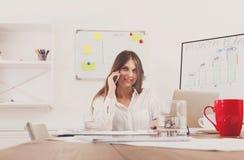 Όμορφη νέα επιχειρηματίας που κάνει μια κλήση με κινητό τηλέφωνο Στοκ φωτογραφία με δικαίωμα ελεύθερης χρήσης