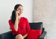 Όμορφη νέα επιχειρηματίας που μιλά πέρα από το τηλέφωνο Στοκ Εικόνα