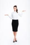 Όμορφη νέα επιχειρηματίας που στέκεται και που κρατά copyspace και στους δύο φοίνικες Στοκ φωτογραφία με δικαίωμα ελεύθερης χρήσης