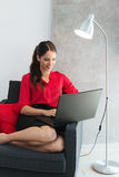 Όμορφη νέα επιχειρηματίας που χρησιμοποιεί ένα lap-top Στοκ φωτογραφία με δικαίωμα ελεύθερης χρήσης