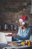 Όμορφη νέα επιχειρηματίας στο καπέλο Άγιου Βασίλη Στοκ Εικόνες