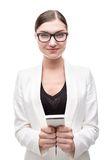 Όμορφη νέα επιχειρησιακή γυναίκα που χαμογελά και που κοιτάζει Στοκ Φωτογραφίες