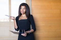Όμορφη, νέα επιχειρησιακή κυρία στη μαύρη ισχυρή ταμπλέτα λαβής ακολουθίας Στοκ Εικόνες