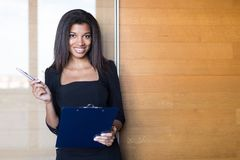 Όμορφη νέα επιχειρησιακή κυρία στη μαύρη ισχυρή ταμπλέτα λαβής ακολουθίας Στοκ Φωτογραφία