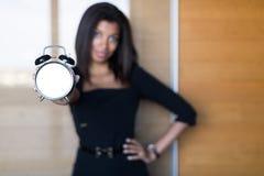 Όμορφη, νέα επιχειρησιακή κυρία στο μαύρο ισχυρό ξυπνητήρι λαβής ακολουθίας Στοκ Εικόνες