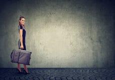 Όμορφη νέα ευτυχής γυναίκα με τη βαλίτσα έτοιμη να ταξιδεψει Στοκ Εικόνες