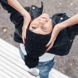 Όμορφη νέα θηλυκή συνεδρίαση σε έναν πάγκο πάρκων Στοκ εικόνες με δικαίωμα ελεύθερης χρήσης