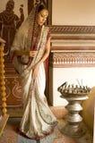 Όμορφη νέα ινδική γυναίκα στον παραδοσιακό ιματισμό με τα incens στοκ εικόνα
