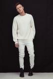 Όμορφη νέα και κατάλληλη αρσενική πρότυπη τοποθέτηση στα άσπρα ενδύματα Στοκ φωτογραφία με δικαίωμα ελεύθερης χρήσης