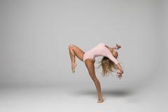 Όμορφη νέα καυκάσια χορεύοντας γυναίκα που απομονώνεται στοκ εικόνες