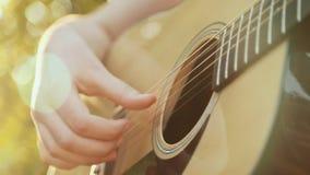 Όμορφη νέα κιθάρα παιχνιδιού γυναικών στην παραλία απόθεμα βίντεο