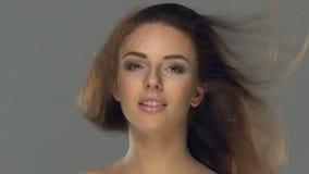 Όμορφη νέα κινηματογράφηση σε πρώτο πλάνο προσώπου γυναικών απόθεμα βίντεο