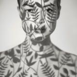 Όμορφη κυρία με το floral σχέδιο στο πρόσωπο Στοκ εικόνες με δικαίωμα ελεύθερης χρήσης