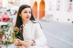 Όμορφη νέα κυρία που ελέγχει το τηλέφωνό της Στοκ Εικόνα