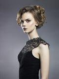 Όμορφη νέα κυρία στο μαύρο υπόβαθρο Στοκ Εικόνα