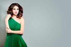 Όμορφη νέα κυρία Fashion Model Τέλεια γυναίκα στο πράσινο φόρεμα Στοκ φωτογραφία με δικαίωμα ελεύθερης χρήσης