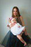 Όμορφη νέα μητέρα και η χαριτωμένη κόρη της μέσα στοκ εικόνα με δικαίωμα ελεύθερης χρήσης
