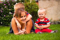 Όμορφη νέα μητέρα με δύο κατσίκια στοκ εικόνα με δικαίωμα ελεύθερης χρήσης