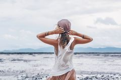 Όμορφη νέα μοντέρνη γυναίκα στη ρόδινη φούστα στην παραλία στοκ φωτογραφία με δικαίωμα ελεύθερης χρήσης