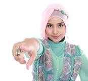 Όμορφη νέα μουσουλμανική υπόδειξη γυναικών Στοκ φωτογραφία με δικαίωμα ελεύθερης χρήσης