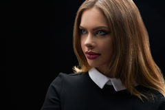 Όμορφη νέα μπλε eyed τοποθέτηση γυναικών στο μαύρο υπόβαθρο Στοκ εικόνες με δικαίωμα ελεύθερης χρήσης