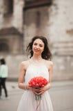 Όμορφη νέα νύφη με τη νυφική ανθοδέσμη στην εκκλησία υποβάθρου Στοκ φωτογραφία με δικαίωμα ελεύθερης χρήσης
