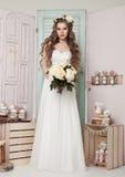 Όμορφη νέα νύφη με τη ρομαντική διακόσμηση λουλουδιών Στοκ Εικόνα