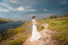 Όμορφη νέα νύφη στο γαμήλιο φόρεμα πολυτέλειας Στοκ Εικόνα