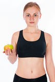 Όμορφη νέα ξανθή γυναίκα με ένα μήλο στο χέρι του Στοκ εικόνες με δικαίωμα ελεύθερης χρήσης