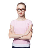 Όμορφη νέα ξανθή γυναίκα που φορά τα γυαλιά με τα όπλα που διπλώνονται Ύφος γραφείων Εξέταση τη κάμερα η ανασκόπηση απομόνωσε το  Στοκ Φωτογραφία