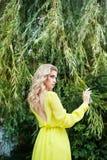 Όμορφη νέα ξανθή γυναίκα σε ένα φόρεμα υπαίθριο στοκ εικόνες