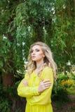 Όμορφη νέα ξανθή γυναίκα σε ένα φόρεμα υπαίθριο στοκ φωτογραφία με δικαίωμα ελεύθερης χρήσης