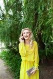 Όμορφη νέα ξανθή γυναίκα σε ένα φόρεμα υπαίθριο στοκ φωτογραφία