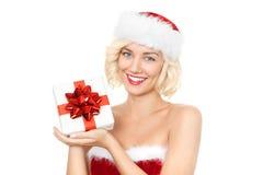 Όμορφη νέα ξανθή γυναίκα ως κορίτσι santa με το δώρο Στοκ Φωτογραφία