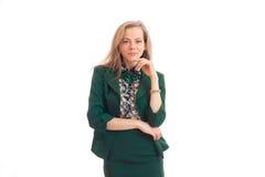 Όμορφη νέα ξανθή τοποθέτηση σε ένα κοστούμι στο στούντιο Στοκ φωτογραφία με δικαίωμα ελεύθερης χρήσης
