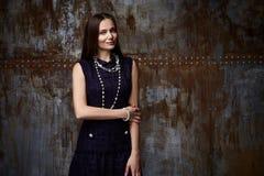 Όμορφη νέα προκλητική ελκυστική τρίχα ε brunette γυναικών πρότυπη μακριά Στοκ Εικόνες