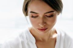 Όμορφη νέα προκλητική γυναίκα στο άσπρο υπόβαθρο ανασκόπησης ομορφιάς μπλε έννοιας εμπορευματοκιβωτίων καλλυντικός βάθους λεπτομέ Στοκ εικόνες με δικαίωμα ελεύθερης χρήσης