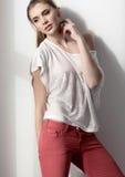 Όμορφη νέα πρότυπη τοποθέτηση κοριτσιών μόδας Στοκ Εικόνες
